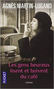 les-gens-heureux-lisent-et-boivent-du-cafe-image